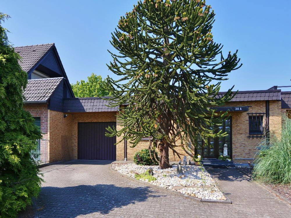Wohnen in Urdenbach ! Attraktiver Bungalow mit viel Platz und schönem Garten